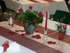 Tisch-Dekoration mit Rosenblättern